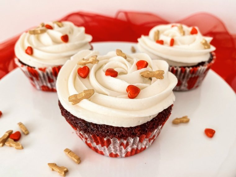 Zum Valentinstag; Magnolia Bakery` s Red Velvet Cupcakes mit Whipped Vanilla Icing