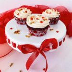 Zum Valentinstag; Magnolia Bakery` s Red Velvet Cupcakes mit Whipped Vanilla Icing